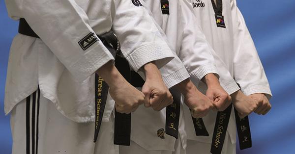 Backnang Taekwondo Schüler im Anzug für Jugendliche und Erwachsene